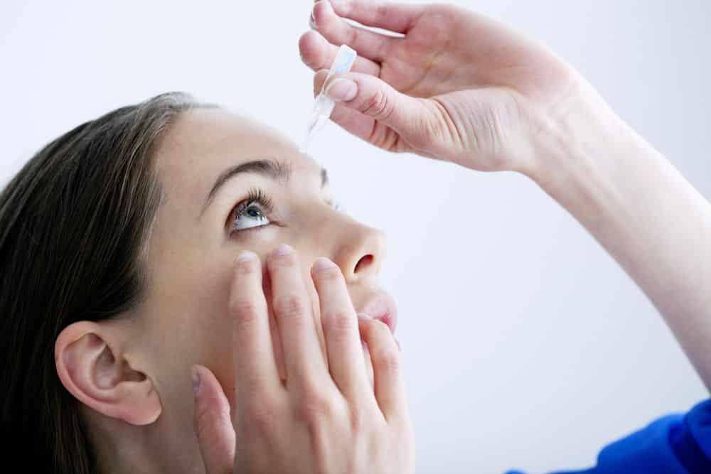 Uso del suero fisiológico en los ojos