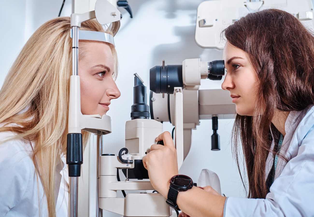 manchas transparentes en el ojo